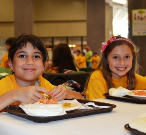 Kids eating healthy lunches